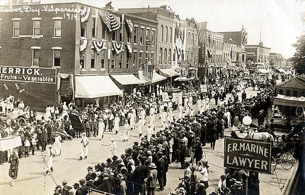 ValparaisoIndiana-DowntownLaborDayParade-BW-1914-SS
