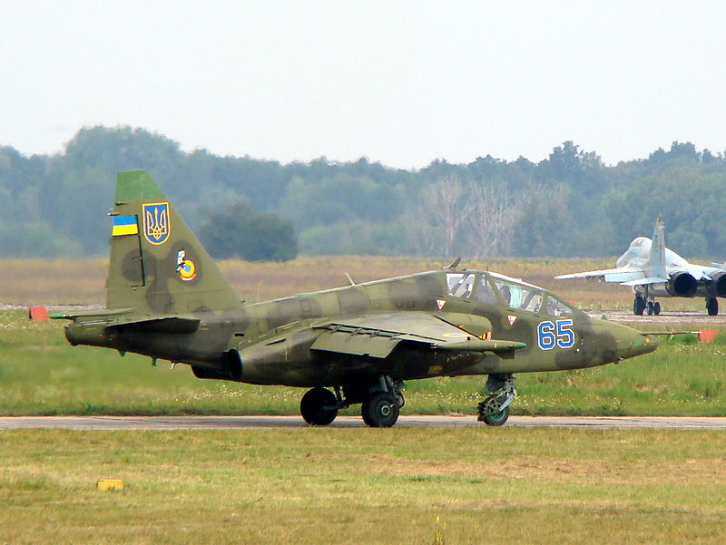 Ukrainian_Air_Force_Su-25UB_with_two_MiG-29s_(9-13)_in_background