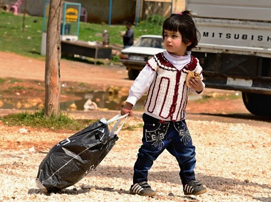Syria-refugee-girl-bag-554x414
