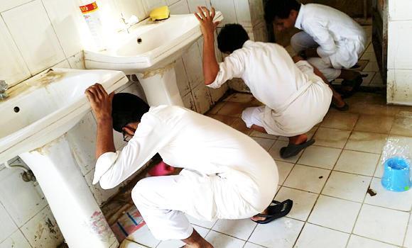 Saudis-cleaning-bathroom