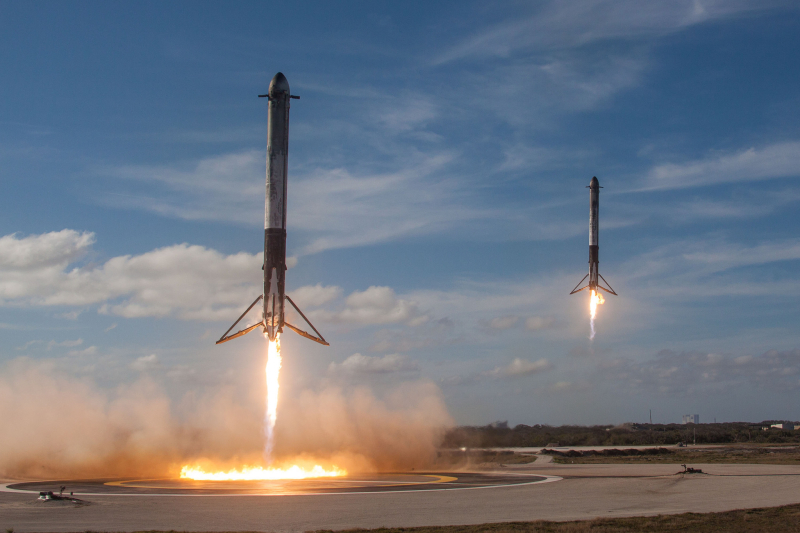 Falcon-Heavy-side-core-synchronized-landings