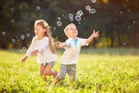 Kids-chasing-bubbles